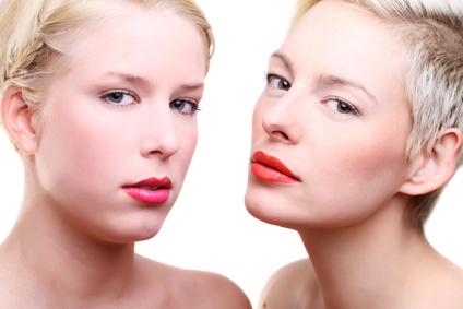 junge schöne frauen mit blonden haaren rote lippen